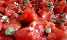 Λιγκουίνι με ντομάτα, φέτα και κάπαρη από την Τήνο, γράφει η Έφη.