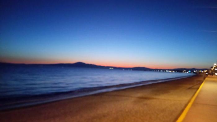 Μια ήρεμη νύχτα στην παραλία της Καλαμάτας σαν τουρίστρια, γράφει η Γιάννα.