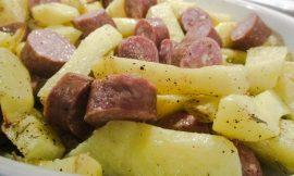 Λουκάνικο Φιλιατρών καπνισμένο σε ξύλα ελιάς με πατάτες στο φούρνο, γράφει η Γιάννα.