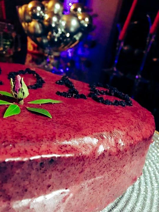 ΒΑΣΙΛΟΠΙΤΑ σε σχήμα ΚΑΡΔΙΑΣ με γλάσο από ΠΑΝΤΖΑΡΙ διακοσμημένη με σταφιδούλες, γράφει η Γιάννα