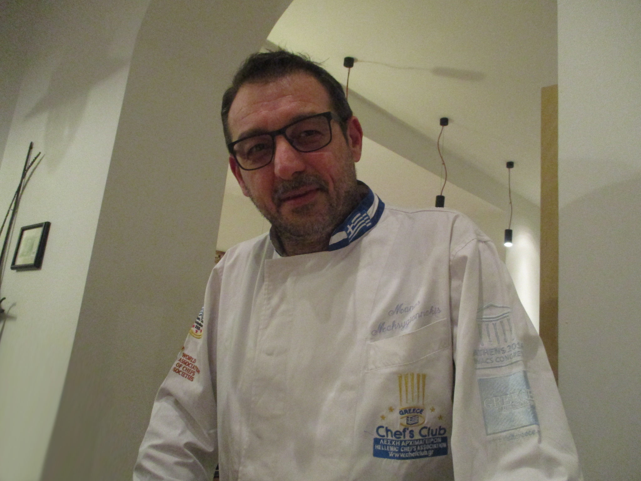 Ο Μάνος Μακρυγιαννάκης φιλεύει ελληνικό φαγητό στις κοσμοπολίτικες Βρυξέλλες, γράφει η Γιάννα