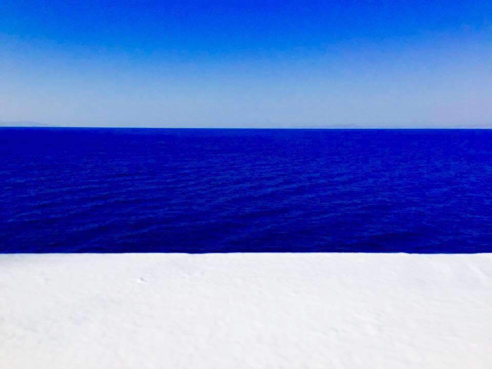Πόσες αποχρώσεις του μπλε ξοδεύουν με το μάτι οι Έλληνες; – γράφει η Γιάννα